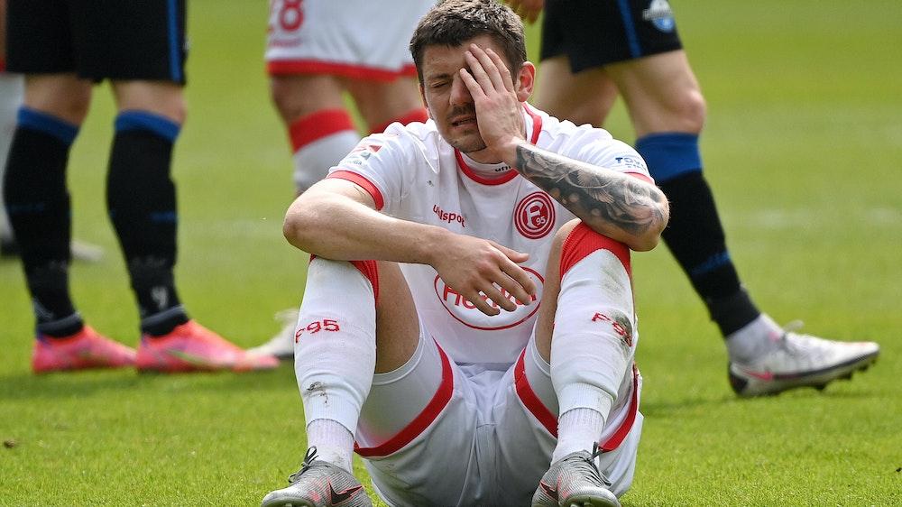 Dawid Kownacki sitzt auf dem Boden
