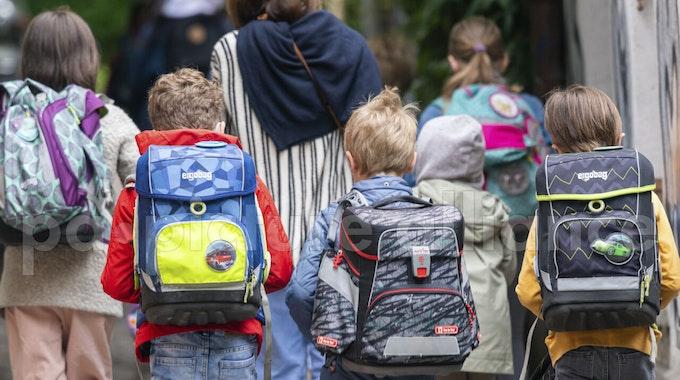 Schulkinder gehen nach den Pfingsten wieder in die Schule.