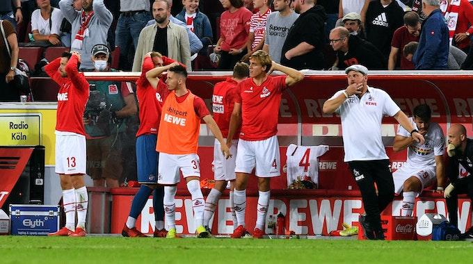 Steffen Baumgart vom 1. FC Köln fiebert gegen RB Leipzig mit.