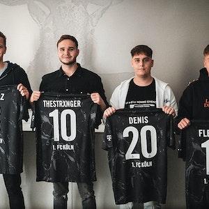 Rafael Czichos, Lukas Schmandt, Tim Katnawatos, Denis Müller, Felix Günther und Jannes Horn posieren mit den E-Sport-Trikots des 1. FC Köln. Foto von der Website des 1. FC Köln