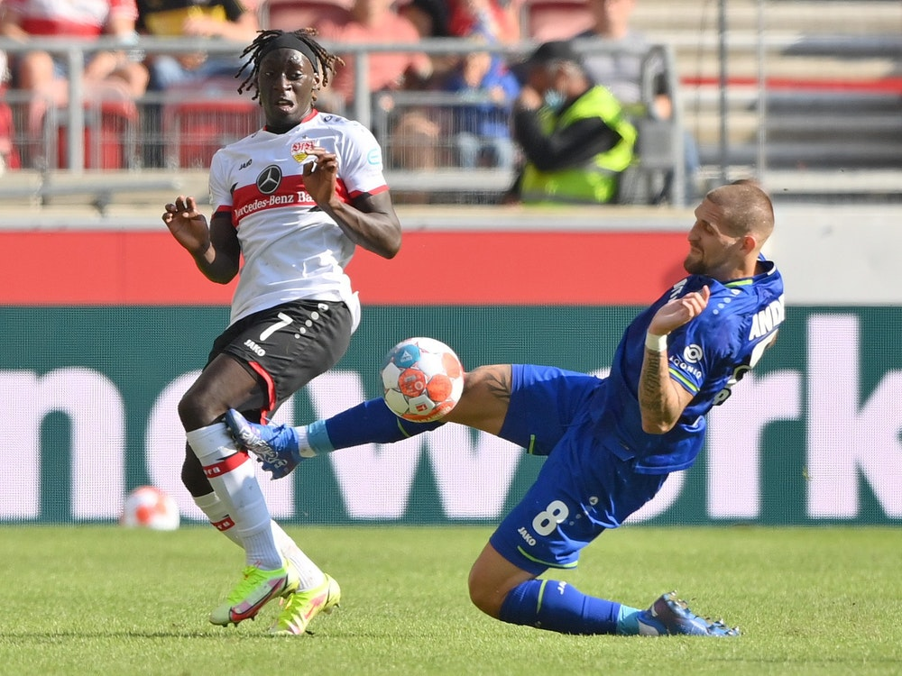 Leverkusens Robert Andrich foult Stuttgarts Tanguy Coulibaly heftig.
