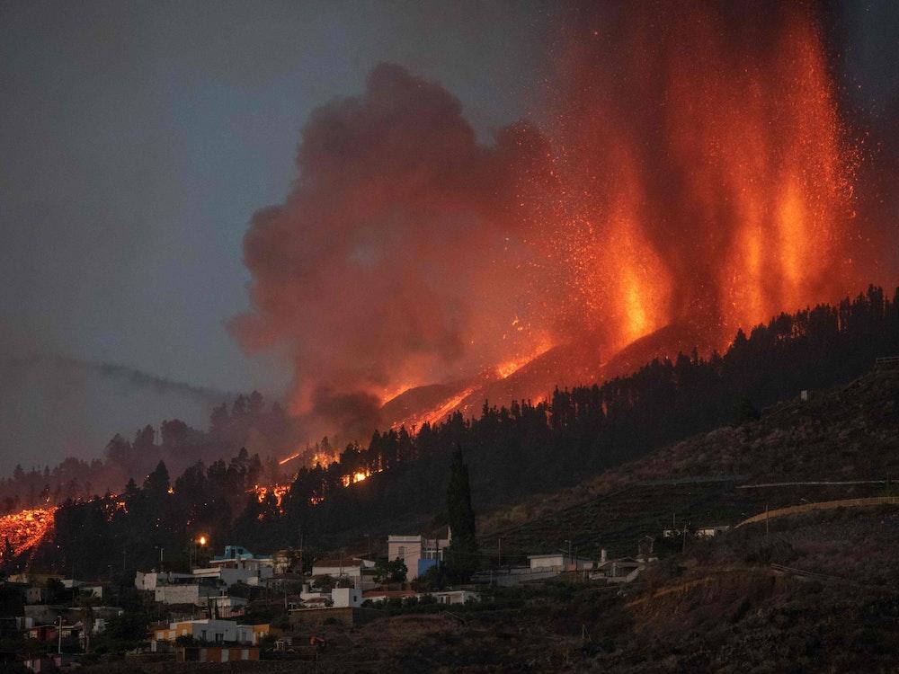 Seit Tagen spuckt der Vulkan auf La Palma, unser Foto wurde am 19. September 2021 aufgenommen, Lava und Asche. Dabei entsteht auch Schwefeldioxid, das jetzt in einer Wolke nach Deutschland zieht.