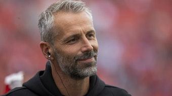 Ex-Gladbach-Trainer Marco Rose lächelt hier beim Bundesliga-Spiel zwischen Leverkusen und Dortmund am 11. September 2021.