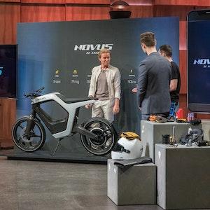 "Investor Nico Rosberg nimmt das E-Motorrad von ""NOVUS"" genau unter die Lupe."