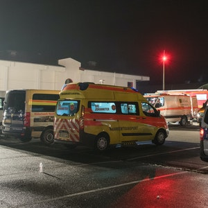 Einsatzfahrzeuge der Polizei und der Feuerwehr stehen am 13.11.2017 in Bereitschaft auf einem Parkplatz vor einem Supermarkt in Heidenau (Sachsen).