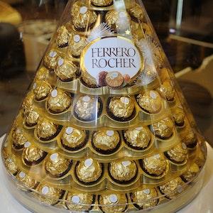 """Die beliebten Pralinen """"Ferrero Rocher"""" der Firma Ferrero werden 2012 im Salon Du Chocolate in Versailles präsentiert."""
