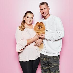 Sarafina und Peter Wollny lächeln auf einem undatiertem Foto von RTLZWEI mit Hund Feivel in die Kamera.