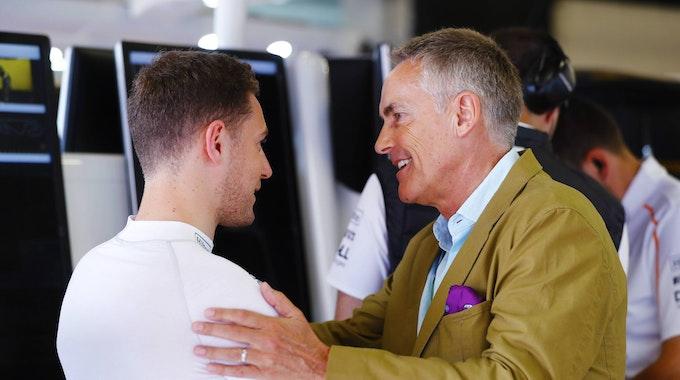 Rennfahrer Stoffel Vandoorne im Gespräch mit McLaren-Boss Martin Whitmarsh.