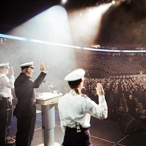 2021 konnten endlich wieder Polizeianwärter in der Lanxess-Arena in einer zentralen Veranstaltung ihren Abschluss feiern.