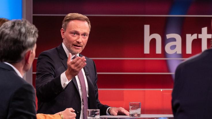 """Christian Lindner (FDP) am 20. September 2021 in der TV-Talkrunde """"Hart aber fair"""" – er kam zu spät, es gab eine Vollsperrung auf der Autobahn."""