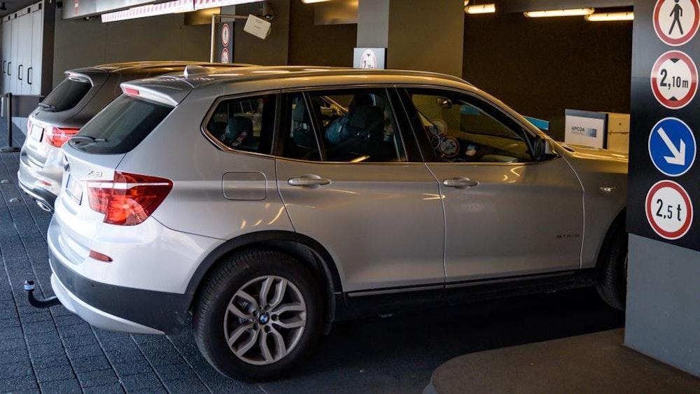 Parken mit einem SUV wird in Tübingen teurer. Unser Symbolfoto (17. April 2019) zeigt einen SUV im Parkhaus der Elbphilharmonie in Hamburg.