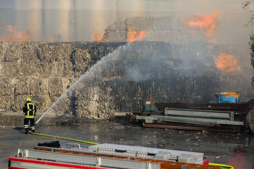 Feuerwehrleute sind am 21. Mai 2018 in Varel (Niedersachsen) beim Großbrandeinsatz in der Papier- und Kartonfabrik.