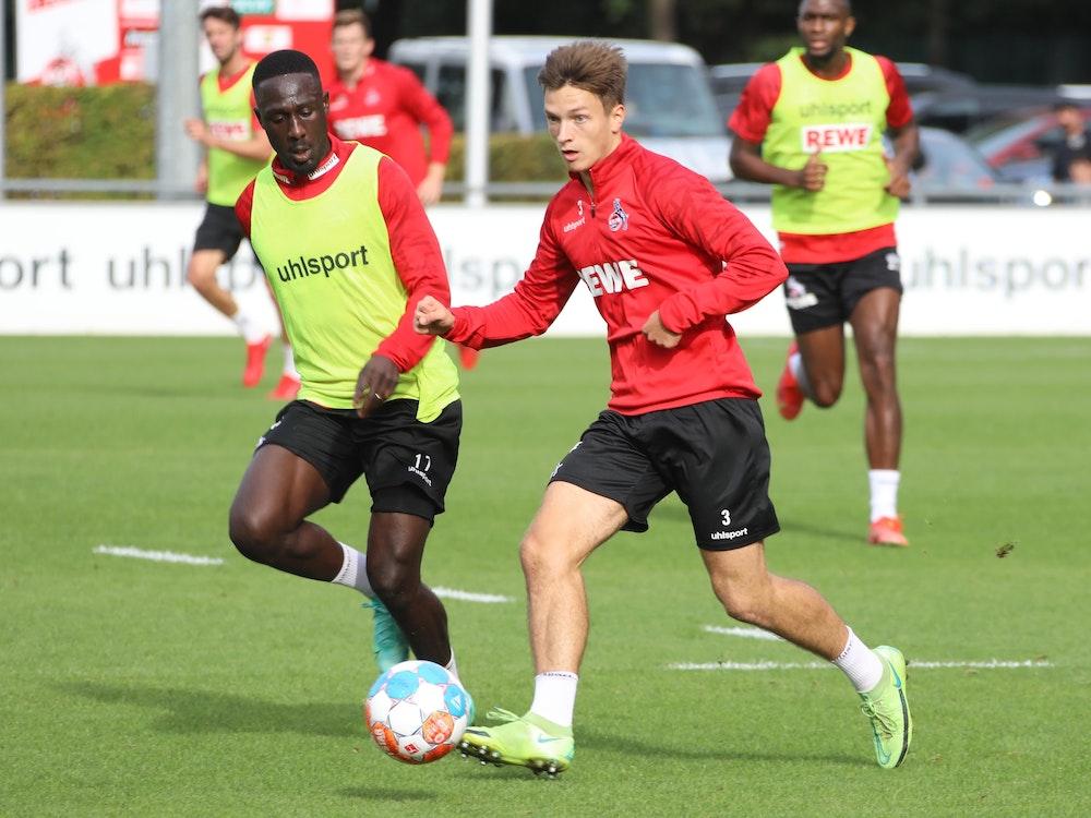 Kingsley Schindler und Noah Katterbach duellieren sich im Training des 1. FC Köln.