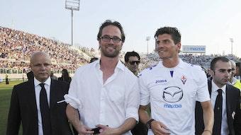 Kennen sich von früher: Der Ex-Journalist Florian Scholz und der Ex-Fußballer Mario Gomez bei dessen Vorstellung in Florenz