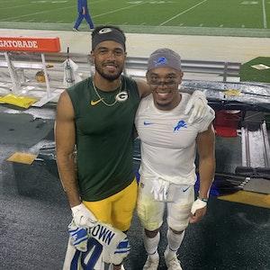 Die Brüder Equanimeous St. Brown und Amon-Ra St. Brown stehen nach dem NFL-Spiel der Green Bay Packers gegen die Detroit Lions am Spielfeldrand