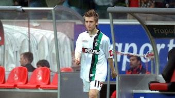 Marko Marin, Ex-Spieler von Borussia Mönchengladbach, hier am 13. Mai 2009, läuft über den Platz. Im Hintergrund sieht man die Auswechselbank.