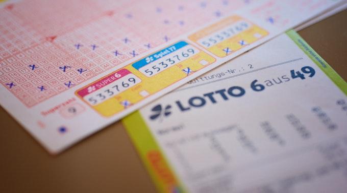 Das Kreuzchen bei der Zusatzlotterie Spiel 77 hat einem WestLotto-Kunden aus dem Kreis Gütersloh den Millionensegen gebracht.
