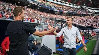 Jesse Marsch (r.) begrüßt beim Spiel zwischen RB Leipzig und dem FC Bayern seinen Vorgänger Julian Nagelsmann.
