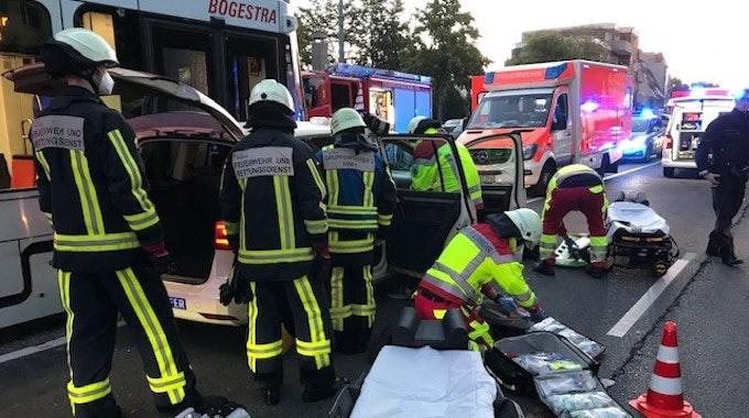 Beim Zusammenstoß eines Taxis mit einer Straßenbahn in Bochum sind am 21. September 2021 zwei Menschen schwer verletzt worden.