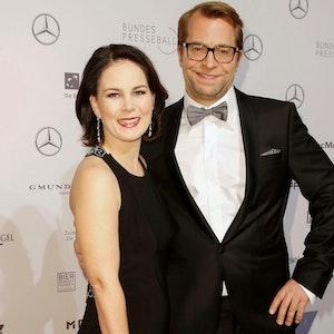 Annalena Baerbock mit Ehemann Daniel Holefleisch auf dem Roten Teppich beim Bundespresseball im Hotel Adlon Kempinski in Berlin. Er trägt einen schwarzen Anzug, sie ein schwarzes Kleid.