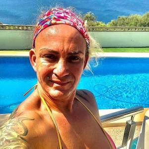 Mallorca-Auswanderin Caro Robens lächelt auf einem Instagram-Selfie vom 22.08.2021 in einem Bikini vor einem Pool stehend in die Kamera.