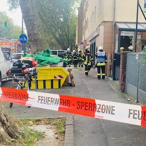 Feuerwehrleute bei einem Einsatz in Köln-Mülheim.