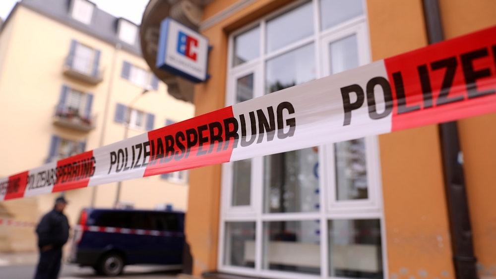Ein Absperrband der Polizei ist am 1. November 2018 im sächsischen Riesa vor einer Bankfiliale zu sehen.