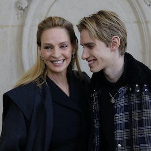 Uma Thurman, US-amerikanische Schauspielerin, kommt mit ihrem Sohn Levon Thurman-Hawke zur Haute-Couture-Show Frühjahr/Sommer 2020 des Modelabels Dior. Beide lächeln und stehen eng beieinander.