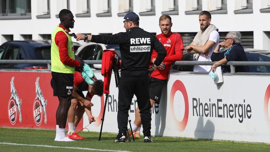 Dominick Drexler spricht mit Spielern des 1. FC Köln.