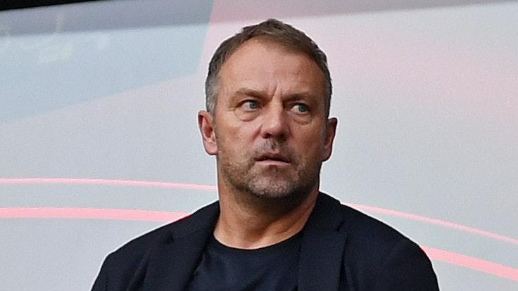 Bundestrainer Hansi Flick schaut das Spiel zwischen dem 1. FC Köln und RB Leipzig im Rhein-Energie-Stadion.