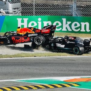 Max Verstappen und Lewis Hamilton kollidieren auf der Rennstrecke in Monza.