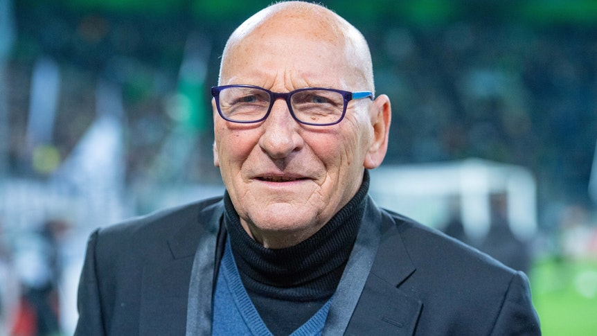 Wolfgang Kleff, ehemaliger Spieler von Borussia Mönchengladbach, hier am 7. November 2019, schaut freundlich lächelnd.