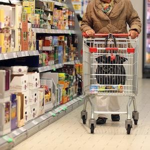 Eine Kundin schiebt auf diesem Symbolfoto von Mai 2013, ihren Einkaufswagen durch eine Penny-Filiale in Köln.
