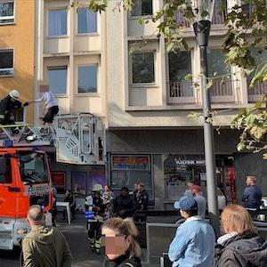 Eine Frau wird von der Feuerwehr über die Drehleiter gerettet.