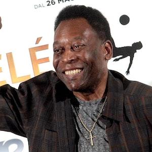 Pelé ballt die Faust in die Luft
