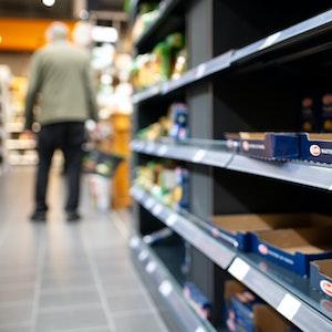 Während des Corona-Lockdowns war es zu Engpässen auch bei Nudeln gekommen (hier leere Regale in einem Supermarkt im März 2020). Die jetzt befürchtete Nudel-Krise hat aber eine andere Ursache.