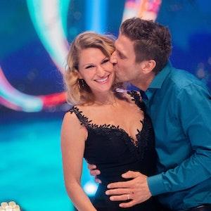 """Peer Kusmagk, Moderator, und seine Frau Janni Hönscheid stehen nach der Livesendung der Sat.1-Show """"Dancing on Ice"""" auf dem Eis."""