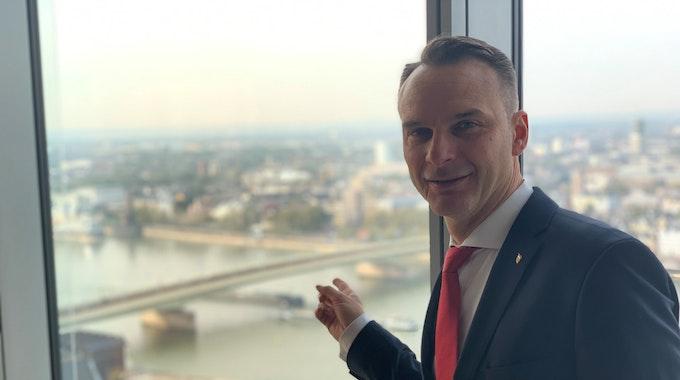 Holger Kirsch zeigt vom LVR-Turm auf die Deutzer Brücke