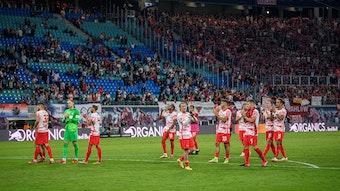 Leipzigs Mannschaft bedankt sich bei den Fans.
