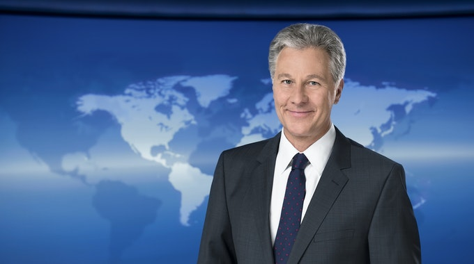 Claus-Erich Boetzkes, Moderator der Tagesschau, lächelt im NDR-Studio in die Kamera