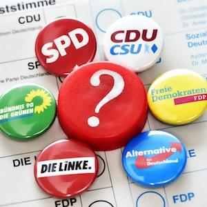 Wahlzettel mit Pins verschiedenen Parteien