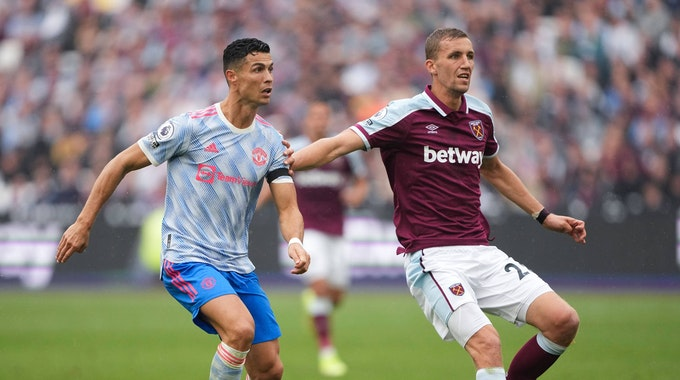 """Cristiano Ronald und Tomas Soucek fokussieren den Ball. Soucek trägt ein dunkelrotes West-Ham-Trikot mit der Aufschrift """"betway""""."""
