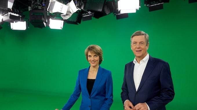 """Claus Kleber und Marietta Slomka stehen im """"heute journal""""-Studio vor einem Greenscreen (hier in einem Archivbild von 2017). Sie blicken lächelnd in die Kamera."""