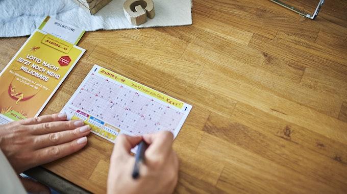 Lotto-Kugeln liegen auf einem Lottoschein. Der Jackpot am Samstag wurde geknackt. 3,5 Mio. Euro gehen in de Rhein-Sieg-Kreis.