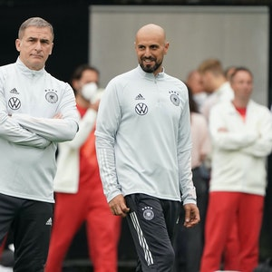 Stefan Kuntz und Antonio di Salvo stehen nebeneinander beim Olympiaturnier 2021.