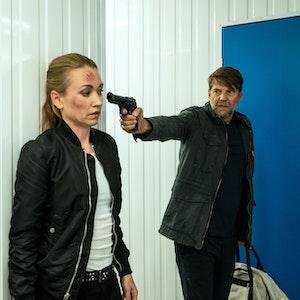 Dr. Diestel (Kai Wiesinger) bedroht Sarah (Lisa Maria Potthoff) mit einer Waffe - eine Szene aus «Sarah Kohr – Stiller Tod» (undatiert).