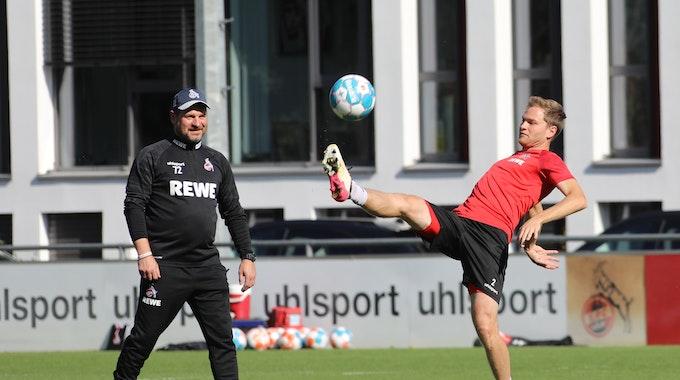 Steffen Baumgart beobachtet beim Training des 1. FC Köln Benno Schmitz.
