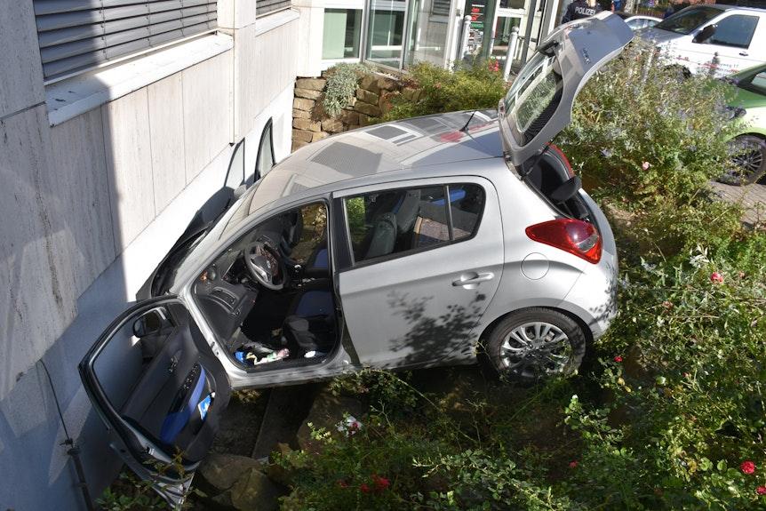 Das Auto steckte in dem Kellerfenster fest.