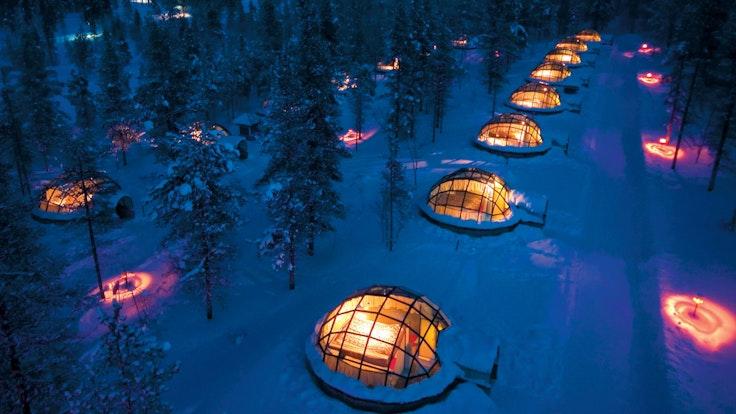 Glaskuppeln des Kakslauttanen Hotels im Schnee: In diesen Iglus in Finnland müssen Gäste keine Eiseskälte fürchten, denn sie sind beheizt.