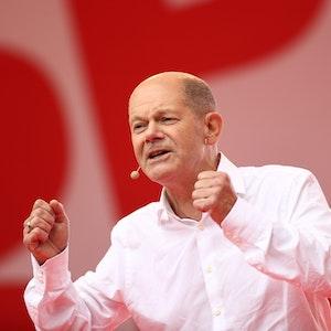 Olaf Scholz, Finanzminister und SPD-Kanzlerkandidat, spricht bei einer Wahlkampfveranstaltung der SPD auf dem Heumarkt.
